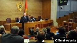 Crnogorski premijer Milo Đukanović obraća se poslanicima u Skupštini Crne Gore (gov.me)