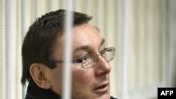 Луценко залишився за гратами, але припинив голодування