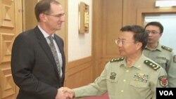 美國國防部負責防務政策的副部長米勒星期一在北京和中國解放軍副總參謀長王冠中會面(視頻截圖)