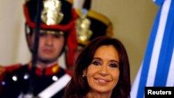 Presiden Argentina Cristina Fernandez de Kirchner tersenyum pada upacara di hari terakhirnya sebagai Presiden di Istana Presiden Casa Rosada, Buenos Aires, Argentina (9/12).