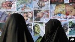 바레인 수도 마나마 진주광장에서 반정부 시위에 참가한 시민들이 정부의 고문과 탄압으로 숨진 사람들의 사진을 보고 있다.