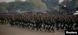 Tentara Indonesia memperagakan seni bela diri dalam peringatan HUT ke-74 Tentara Nasional Indonesia di Pangkalan Udara Halim Perdana Kusuma di Jakarta, 5 Oktober 2019. (Foto: Reuters)