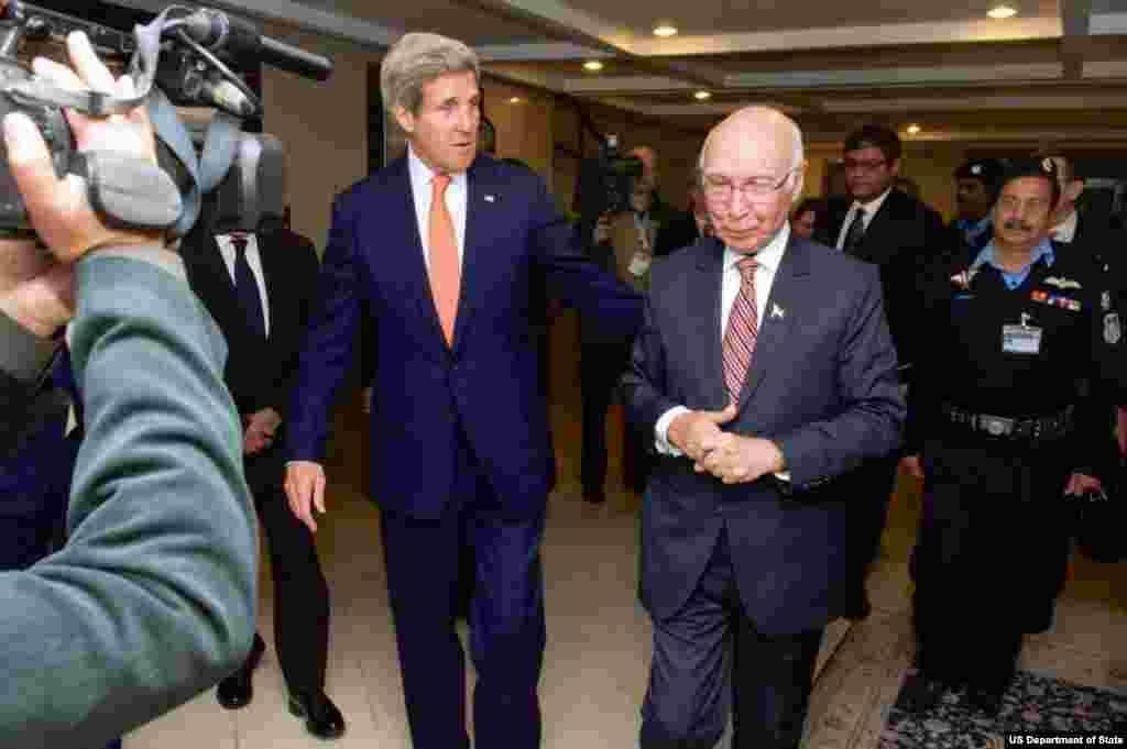 جان کیری نے سرتاج عزیز سے بھی ملاقات کی جس میں دونوں ملکوں کے درمیان طویل المدت شراکت داری کے اسٹریٹیجک مذاکرات کے تحت مختلف امور پر بات چیت کی گئی۔