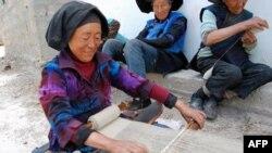 彝族的传统织布方法