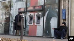 法國經濟出現危機﹐遭降低評級﹐一名露宿者坐在街上。