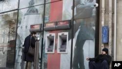 Suasana di depan sebuah ATM di kota Paris, Perancis (Foto: dok).