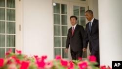 9月25日,美国总统奥巴马和中国主席习近平在白宫总统办公室的会晤前,走在白宫走廊上。