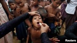 罗兴亚难民儿童在接受口腔霍乱疫苗(2017年10月11日)