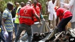 추락현장에서 시신 수습작업을 벌이는 케냐적십자 요원들