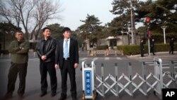 Cảnh sát mặc thường phục ở trước Điếu Ngư Đài, Bắc Kinh, Trung Quốc.