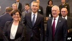Wasu Ministocin tsaron kungiyar kasashen NATO tare da babban sakataren kungiyar Jens Stottenberg a tsakiya