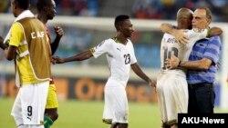 Le sélectionneur du Ghana Avram Grant félicite le capitaine de l'équipe Andre Ayew, après leur match contre la Guinée, en Guinée Équatoriale, le 1er février 2015.