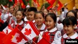 """Trẻ em Việt Nam đón tiếp Thủ tướng Justin Trudeau tại Hà Nội. Theo truyền thông trong nước, chuyến thăm của Thủ tướng Trudeau """"diễn ra trong bối cảnh quan hệ Việt Nam-Canada phát triển tích cực."""""""