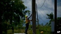 La empresa eléctrica de Puerto Rico tiene una deuda pública de más de 9.000 millones de dólares, una nueva ley firmada el miércoles 20 de junio, permite privatizarla creando una compañía de fondos mixtos.