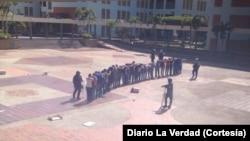 La policía se llevó a los estudiantes luego de que los agrupó en el patio de la universidad. [Foto: Diario La Verdad]