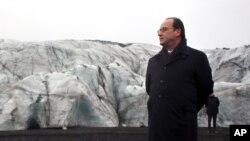 ប្រធានាធិតីបារាំង Francois Hollande ដើរនៅលើផ្ទាំងទឹកកកក្នុងប្រទេស អ៊ីស្លង់ (Iceland) កាលពីថ្ងៃទី១៦ ខែតុលា ឆ្នាំ២០១៥។ លោកពិនិត្យមើលការខូចខាតបង្កឡើងដោយការឡើងកម្តៅសកលលោក នៅមុនពេលកិច្ចប្រជុំកំពូលរបស់អ.ស.ប.មកដល់។