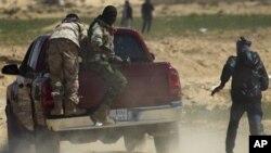 waasi wa libya wakikimbia baada ya majeshi ya Gadhafi kufyatua makombora didi yao