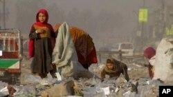 Các bé gái tị nạn người Afghanistan thu nhặt những thứ có thể tái chế từ một bãi rác để bán ở Peshawar, Pakistan, ngày 5 tháng 2 năm 2016.