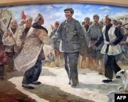 陈列室内的油画,表现了毛泽东的中央红军跟陕北红军会师的场面。