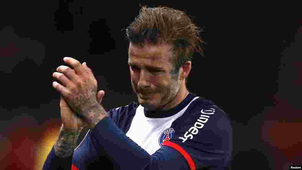 David Beckham do Paris St. Germain chora ao deixar o campo e ser substituído ao minute 81 no jogo da Primeira Divisão do campeonato francês contra o Brest.
