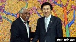 한국을 방문한 찰스랭글 미 하원의원(왼쪽)이 24일 서울 외교부청사에서 윤병세 한국 외교부장관을 면담했다.