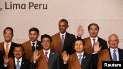 20일 페루 리마에서 폐막한 APEC 정상회의에서 바락 오바마 미국 대통령을 비롯한 정상들이 기념촬영을 하고 있다.