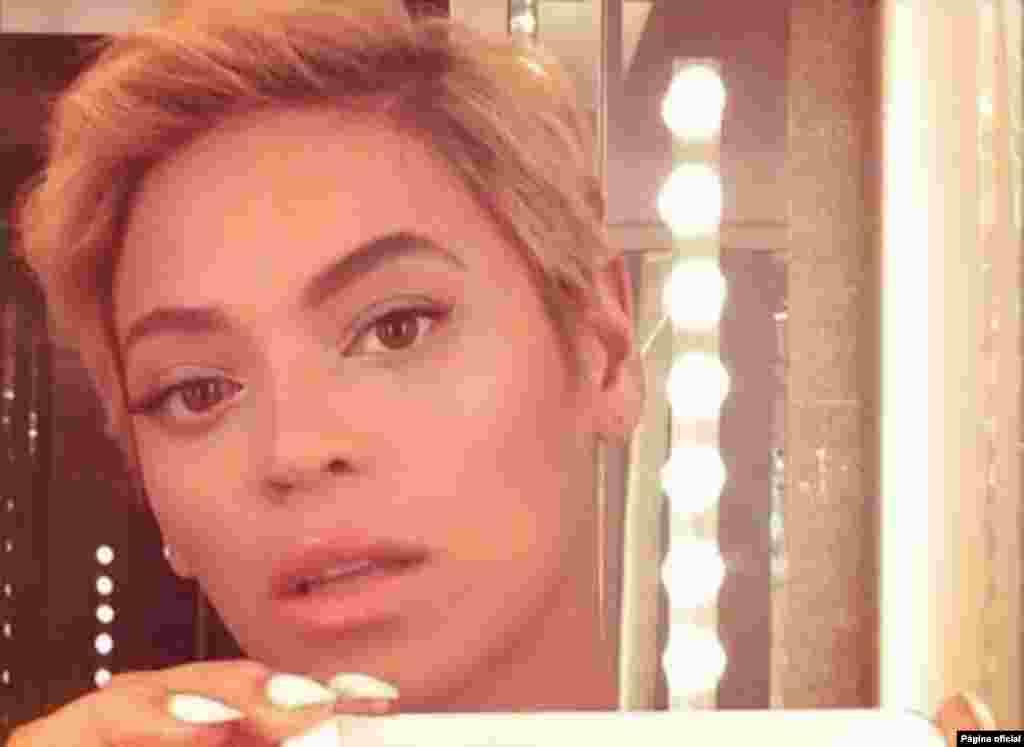 """A cantora americana, Beyonce, fez uma fotografia """"selfie"""" para mostrar ao mundo o novo corte de cabelo. Um truque para uma boa """"selfie""""? Use um espelho, fixe o olhar na sua imagem e não se esqueça de a editar antes de a partilhar com o mundo"""