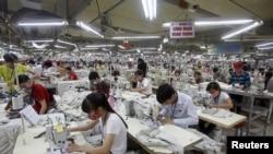 Công nhân tại một xưởng may mặc ở tỉnh Bắc Giang ngày 21/10/2015.