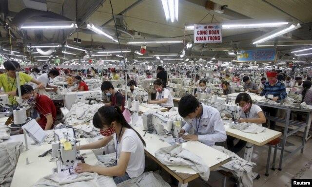 Các công nhân làm việc tại một nhà máy dệt may ở tỉnh Bắc Giang, gần Hà Nội.