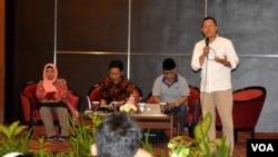 Hairus Salim, direktur LKiS, kanan berdiri, menyayangkan memudarnya festival budaya dalam praktek agama Islam di Indonesia. (Foto VOA/Munarsih Sahana).