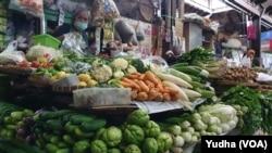 Pasokan bahan pangan segar berupa sayuran menumpuk di salah satu lapak pedagang pasar Gede Solo. (Foto : VOA/ Yudha Satriawan)