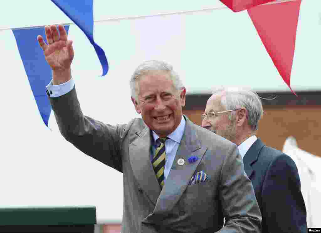 Hoàng tử Charles, cha của Hoàng tử William vẫy chào đám đông.