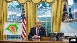 Prezidan Donald Trump ki t ap pale ak manm laprès aprè yon prezantasyon nan Salon Oval Mezon Blanch la sou preparasyon k ap fèt pou konfwonte Siklòn Florans.