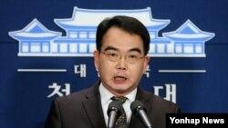 김성우 청와대 홍보수석이 4일 북한의 장거리 미사일 발사 예고와 관련한 박근혜 한국 대통령의 성명을 대독 형식으로 발표하고 있다.