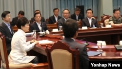 박근혜 한국 대통령이 21일 청와대에서 북한의 탄도 미사일 발사 등 최근 북한의 도발 위협과 관련해 안보상황 점검을 위한 국가안전보장회의(NSC)를 주재하고 있다.