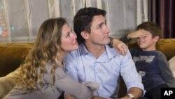 មេដឹកនាំគណបក្សសេរីនិយម លោក Justin Trudeau សម្លឹងមើលលទ្ធផលនៃការបោះឆ្នោះជាមួយភរិយា គឺអ្នកស្រី Sophie Gregoire និងកូនប្រុសរបស់លោកឈ្មោះ Xavier ក្នុងទីក្រុង Montreal កាលពីពេលកន្លងទៅ។