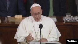 Paus Fransiskus menyampaikan pidato di hadapan Kongres Amerika di Capitol Hill, Washington, D.C., 24 September 2015 (Photo: VOA/@WashArchdiocese)