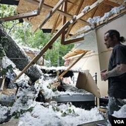 Seorang warga memeriksa rumahnya yang rusak akibat dihantam badai Irene di Port Deposit, Maryland (29/8).