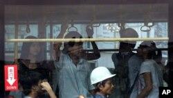 Sebuah bis di kota Zhanjiang, provinsi Guangdong dipenuhi oleh buruh migran (28/6).