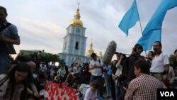 Người dân Tatar biểu tình kỷ niệm 70 năm vụ trục xuất vào tháng trước ở Kyiv, Crimea.