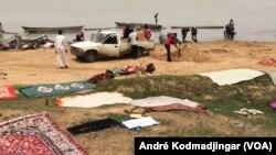 Les blanchisseurs et autres débrouillards prennent d'assaut tous les jours le bord du fleuve Chari, à N'Djamena, Tchad, 16 juin 2017. (VOA/André Kodmadjingar)