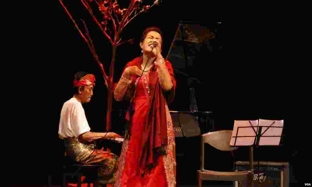 کراچی تقریب کے دوران انڈونیشیا کی مشہور گلوکارہ ووجی گانے کا مظاہرہ کرتے ہوئے
