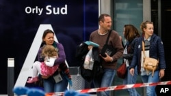 Les voyageurs évacuent l'aéroport d'Orly, au sud de Paris, 18 mars 2017.