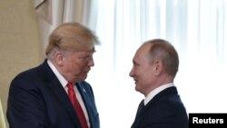 Rais Donald Trump (kushoto) na Rais Vladimir Putin (kulia)
