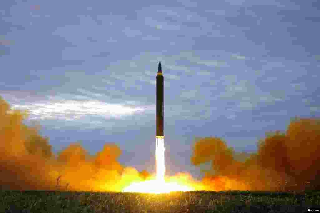북한 평양 순안공항 주변에서 발사된 '화성-12' 탄도미사일이 화염을 내뿜으려 상승하고 있다. 미사일은 2700km를 비행한 후 일본 대륙을 넘어 북태평양에 떨어졌다.