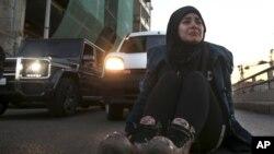 Chị gái của một binh sĩ Libăng bị những phần tử chủ chiến Nhà nước Hồi giáo bắt cóc ngồi trên đất đòi chính phủ thương lượng với nhóm Hồi giáo này.