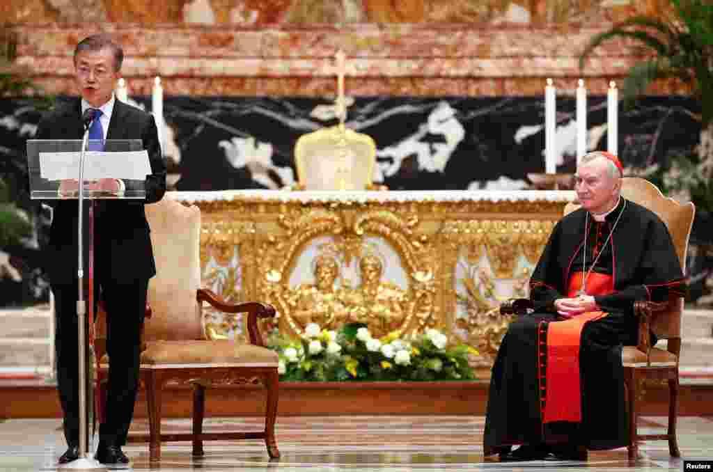 """문재인 한국 대통령이 바티칸 성베드로성당에서 피에트로 파롤린 국무원장이 집전하는 '한반도 평화' 특별미사에 참석해 기념연설을 하고 있다. 문재인 대통령은 """"교황의 기도는 한반도에서 대립과 반목을 청산하고 평화와 안정의 길로 나아가는 데 있어 나침반과 같은 역할을 하고 있다""""며 교황청의 지속적인 관심과 지지를 요청했다."""