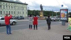 资料照:武汉肺炎打击俄罗斯旅游业。圣彼得堡冬宫艾尔米塔什博物馆旁的中国游客。(2017年7月)