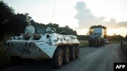 Des membres de la patrouille du contingent bangladais de la Mission multidimensionnelle intégrée des Nations Unies pour la stabilisation en République centrafricaine (MINUSCA) prennent position pour sécuriser un camion en panne de moteur le long de la rou