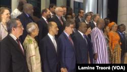 Photo de famille entre la délégation du conseil de Sécurité et les autorités burkinabè, à Ouagadougou, le 24 mars 2019. (VOA/Lamine Traoré)